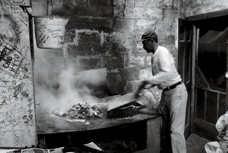 Dedicated oyster cook Henry Gilliard stoked fires and roasted clusters in the oyster room from 1995 to 2011; photograph by Cramer Gallimore